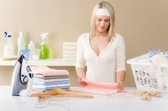 Pour que vos vêtements sentent bon et pour parfumer naturellement votre linge, suivez l'astuce de grand-mère ! Cette eau de repassage à la lavande laissera une odeur de fraîcheur sur vos tissus.