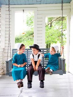 Amish Children in Holmes County, Ohio. A backroad getaway in Holmes County, Ohio, reveals the quiet life and artistry of Amish shops, restaurants and homes. Amish Country Ohio, Amish Family, Amish Farm, Country Roads, Church Fellowship, Amish House, Amish Culture, Holmes County, Iowa