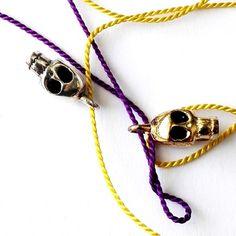 Pikkukallojen silkkilankojen leikkiä. #hopeakorut #verkkokauppa #JulianKorulipas Jewelry Design, Pendant Necklace, Drop Necklace