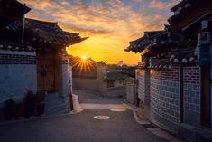 The old town, Korean home in Seoul city with morning sunrise in Korea Korea Wallpaper, Scenery Wallpaper, 1080p Wallpaper, Spain Travel, Greece Travel, Seoul, Travel The World Quotes, Morning Sunrise, Travel Alone