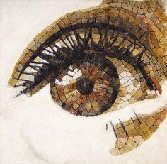 Travail de Patricia Hourcq, mosaïste française. Le marbre, le granit, les galets, le verre et toutes sortes de céramiques se mélangent dans ses créations.