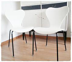 Ein wunderschöner Stuhl aus Schichtholz, das Untergestell ist aus Metall. Es könnte durchaus ein Original Fritz Hansen Stuhl sein.  Er wurde mal weiß