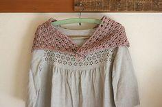 三角の先から編みはじめて、ちょうどよい大きさになるまで延々編んでいけばいい編み方にしたので、お好みの大きさにしてみてください。