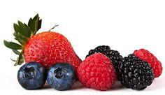 ¿Cuáles son los súper alimentos? -arándanos    -fresas    -uvas    -naranja    -limón    -ajo    -cebolla    -brócoli    -calabaza    -tomate    -espinaca    -avena    -frijoles negros    -aguacate    -pescado azul    -almendras    -nueces    -te verde y te negro    -alga espirulina    -quinoa    -soja    -pavo. Son productos naturales que ofrecen muchos beneficios para la salud. Pero además ayuda a mantenerse joven y prolongar la longevidad de las personas.