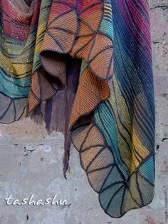 И снова о многоцветном вязании без путаницы в клубках. Будем продолжать 'пристраивать' остатки пряжи.Названий у этой техники много: частичное вязание, укороченные ряды, свинг, но суть одна - каждый цветной участок вяжется отдельно и ввязывается в общее полотно без швов.Эта техника, хоть и выглядит сложной, на самом деле достаточно проста. Я вяжу, не считая петли убавок и прибавок, расп…
