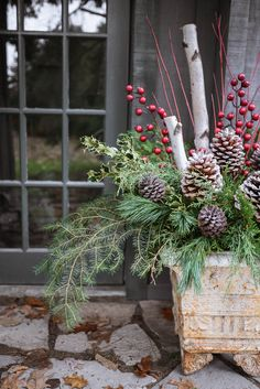 How to Make Outdoor Christmas Planters using Evergreen Boughs – Threads & Blooms Wie macht man Outdoor Christmas Planters mit Outdoor Christmas Planters, Christmas Urns, Outdoor Christmas Decorations, Country Christmas, White Christmas, Christmas Crafts, Holiday Decor, Evergreen Planters, Outdoor Planters