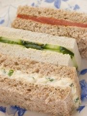 Tea Sandwich Recipes If you assume all tea sandwiches are tasteless bits of fluff, you have several savory surprises in store! Oh my god I want tea sandwiches at one of my bridal showers! Mini Sandwiches, Finger Sandwiches, Cucumber Sandwiches, English Tea Sandwiches, Sandwich Bar, Sandwich Fillings, Sandwich Ideas, Sandwich Spread, Salad Sandwich