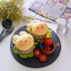 圖像中可能有美食 Bento Recipes, Bento Ideas, Lunch Ideas, Kawaii Bento, Mini Burgers, Out To Lunch, Burger Buns, Hamburgers, Fresh Green