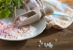 Fibromyalgia what? Say goodbye to inflammation, and other symptoms associated with fibromyalgia, and numerous other ailments with this simple Himalayan salt s Home Remedies For Strep, Strep Throat Remedies, Himalayan Salt Benefits, Himalayan Pink Salt, Salt Water Flush, Colon Cleansing Foods, Keto Vegan, Master Cleanse, Recipe From Scratch