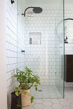 high gloss white tile I fényes fehér csempe - egyszerű és időtlen Rustic Bathroom Decor, Bathroom Styling, Bathroom Storage, Melbourne Apartment, Scandinavian Bathroom, Minimalist Scandinavian, Scandinavian Style, Shower Remodel, Walk In Shower