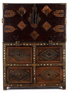 Höhe: 150 cm. Breite: 100 cm. Tiefe: 60 cm. Italien, 17. Jahrhundert. In massivem Nussholz gefertigt, zweiteiliger Aufbau. Das Unterteil in Art einer...