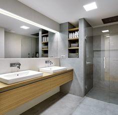 Velkoplošný keramický obklad přechází z obývacího pokoje také do obou koupelen