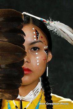 A beautiful native american woman. Native American Makeup, Native American Face Paint, Native American Women, American Indian Art, Native American History, American Indians, Native Indian, Native Art, Native Style