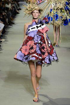 Viktor & Rolf est maison de couture d'origine néerlandaise créée en 1993 par le duo de stylistes Viktor Horsting et Rolf Snoeren. A l'occasion de la Fashion Week parisienne de Janvier 2015, la marque a présenté sa collection couture Printemps Eté 2015. En parlant de cette collection, Rolf Snoeren la décrit comme proposant «le look ...