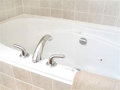 Helpful Hints for Cleaning a Bathtub with Household Ingredients Deep Cleaning Tips, House Cleaning Tips, Natural Cleaning Products, Cleaning Solutions, Spring Cleaning, Cleaning Hacks, Cleaning Supplies, Cleaning Recipes, Green Cleaning