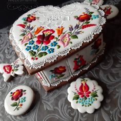 Hungarian pattern on gingerbread box, by Mézesmanna. Cookie Recipes For Kids, Cookies For Kids, Fancy Cookies, Valentine Cookies, Iced Cookies, Royal Icing Cookies, Sugar Cookies Recipe, Holiday Cookies, Christmas Cake Decorations
