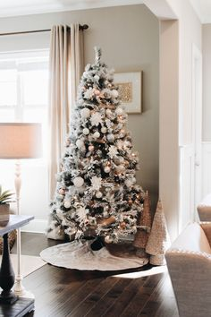 Best Christmas Tree Decorations, Frosted Christmas Tree, Christmas Tree Inspiration, Cool Christmas Trees, Noel Christmas, Merry Little Christmas, Beautiful Christmas, Holiday Decor, White Christmas