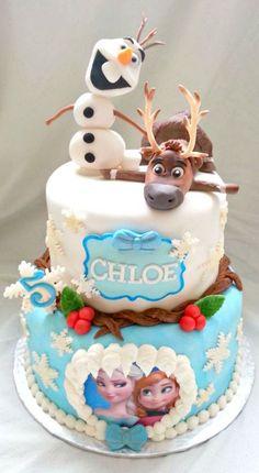 Mais uma inspiração super fofa e simpática para a sua Fesra Infantil Frozen com Olaf e Sven no topo do bolo. Fonte Cake Central.