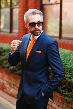 veste costume homme, look extravagant, mouchoir et cravate oranges, lunettes de soleil fashion, look d'homme d'affaires