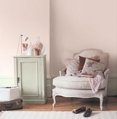Dulux blossom white and apple white furniture. Love this colour for a bedroom! Bedroom Colors, Bedroom Decor, Bathroom Window Coverings, Bathroom Wallpaper Modern, Rustic Floating Shelves, White Furniture, Wall Colors, Dulux Paint Colours, Home Accessories