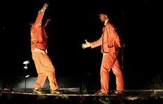 A área de convivência do Sesc Pompeia vai servir de palco para os Irmãos Sabatino em  dois sábados de junho. No dia 23 e 29 de junho, às 17h, os artistas apresentam espetáculos com entrada Catraca Livre.
