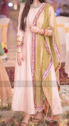 Trendy ideas for bridal party pictures ideas friends Shadi Dresses, Pakistani Formal Dresses, Pakistani Party Wear, Pakistani Wedding Outfits, Pakistani Dress Design, Indian Dresses, Indian Outfits, Pakistani Girl, Bridal Outfits