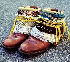 botas estilo étnico caseras para reciclar unas viejas http://www.ideasdiy.com/ropa-diy/como-hacer-unas-botas-boho-o-etnicas-paso-a-paso/