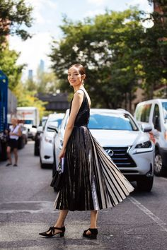 Fei Fei Sun in Proenza Schouler top, skirt, shoes and Hava top handle bag, at New York Fashion Week, Spring September New Street Style, Model Street Style, Street Chic, Christmas Day Outfit, Christmas Eve, All Black Outfit, Black Outfits, Models Off Duty, Glamour