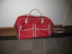 Laukku on kauniin punainen jossa kaksi taskua kuvan mukaisesti ja pyörät toisessa päässä UUSI