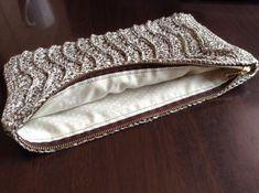 試行錯誤の末、なんとか出来た「編んだものにファスナー付きの内布をつける方法」いきまーす。用意するもの上から内布2枚:今回はポーチの大きさが幅29×高さ16... Knitted Bags, Knitted Fabric, Small Bags, Handicraft, Leather Bag, Diy And Crafts, Crochet Patterns, Product Launch, Pouch