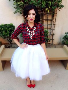 Jupon en tulle : Tulle skirt with a button-down shirt matching statement necklace and heels. Plaid Shirt Outfits, Skirt Outfits, Cute Outfits, Plaid Shirts, Cute Christmas Outfits, Holiday Outfits, Christmas Pics, Plaid Christmas, Tulle Dress