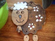 keramická ovečka Cake Pop Tutorial, Salt Dough Crafts, Kids Clay, Pottery Animals, Clay Art Projects, Sheep And Lamb, Clay Charms, Ceramic Painting, Clay Creations