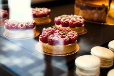 Rocaille, Düsseldorf. Cafè, Bistrot, Weinbar und Patisserie: Genuss mit allen Sinnen Cafe Window, Cafe Shop, Bakery, Cheesecake, Dining, My Favorite Things, Desserts, Muffins, To Go