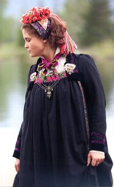 FolkCostume&Embroidery: Overview of Norwegian Costumes, part The eastern heartland Folk Costume, Costumes, Norwegian Clothing, Bridal Crown, Traditional Outfits, Vintage Photos, Norway, Bridal Dresses, Folk Clothing