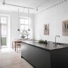 Have you ever dreamed of a huge kitchen island at home? I'm sure you will also dream about this amazing Scandinavian interior after reading this new home tour. This 100 square meters apartment in Gothenburg has a kitchen island space which is … Dark Grey Kitchen, Black Kitchen Island, Scandinavian Apartment, Scandinavian Kitchen, Scandinavian Interiors, Cuisine Immense, Interior Design Kitchen, Kitchen Decor, Kitchen Dining