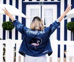 look-calça-listras-azul-e-branco-jaqueta-jeans-bordado-flamingo-sapato-oxford-rosa-millennial-mini-bag-jeans23