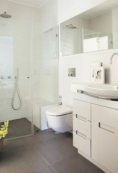 Astonishing-White-Bathroom-Interior-with-Floral-Vase-Decoration