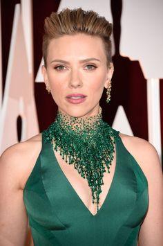 Scarlett Johansson in Atelier Versace gown at 2015 Academy Awards Scarlett Johansson, Collar Verde, Versace Gown, Emerald Green Dresses, Emerald Gown, Statement Jewelry, Beaded Jewelry, Jewellery, Diamond Jewelry