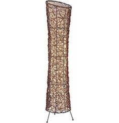 Diese Stehleuchte überzeugt mit einer außergewöhnlichen Formensprache und abstraktem Design! Der Stoffbezug der Lampe ist mit Rattan umhüllt. Das sorgt für einen interessanten Effekt im Spiel von Licht und Schatten. Dank des Schnurschalters bleibt die Leuchte flexibel und ermöglicht eine kinderleichte Handhabung. Die passenden Leuchtmittel können Sie im Online Shop bestellen oder auch in einer unserer Filialen erwerben. Eine chice Lampe, die in Ihrem Zuhause zum Schmuckst