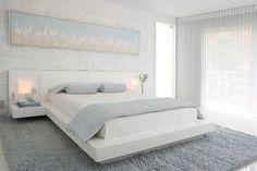 une chambre à coucher élégante en blanc, gris clair et bleu pâle