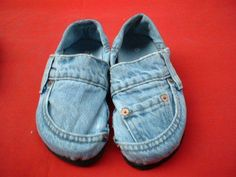 DIY Clothes Denim shoes - 18 Things You Probably Shouldn't Make Out Of Jeans Denim Shoes, Jeans Denim, Old Jeans, Shoes With Jeans, Denim Purse, Ripped Jeans, Jean Crafts, Denim Crafts, Tape Crafts