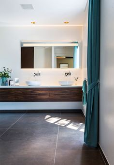 Wonderful bathroom with large tiles and a warm look. The turquoise colour used in the bathroom gives an easy expression to the dark brown and golden shades.