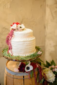 Fresh flower cake topper | Everlasting Love Photography | see more on: http://burnettsboards.com/2014/05/spanish-wedding-inspiration-shoot/ #cake #wedding