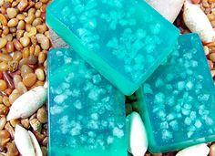 Glycerinove mydlo - s morskou soľou Je vyrobené z mydlovej glycerinovej hmoty s vôňou čierneho hrozna a pridaním himalájskej soli. Mydlo zvláčnuje a hydratuje pokožku. Obsahuje cenné minerály a vitamíny... Mydielko je zabalené v potravinárskej fólii a obale Veľkosť:90-100 g