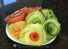 Vegetable Curler - How to make simple vegetable garnishes. Pretty but needs to be cooked, at least lightly, to make it edible. Vegetable Bouquet, Zucchini, Japanese Dinner, Kids Things To Do, Fruit And Vegetable Carving, Food Carving, Party Platters, Edible Arrangements, Food Displays