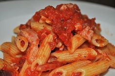 Pasta pomodoro e speck! http://foodymary.wixsite.com/foodymary/single-post/2016/10/17/Pasta-pomodoro-e-speck