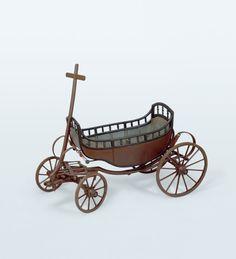 Kinderkutsche  wohl Basel, um 1820/30 Holz, Eisen // ENGLISH: Children's coaches: vis a vis (left); barouche (right)  Zurich, ca. 1820/30 Basle, ca. 1820/30 Vis a vis: height 82 cm, width 75 cm, length 150 cm Barouche: height 115 em, width 77 cm, length 132 cm #Basel #kutschen #carriage #slide #pferdestaerken #horsepower #wagen #transport #museum #schweiz #ps