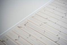Vitbetsat plankgolv bidrar till det härliga ljuset. Bockhornsgatan 7 A - Bjurfors