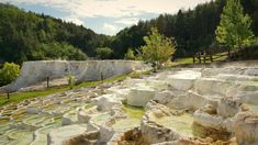 Egerszalók igazi nevezetessége a község déli részén, a föld mélyéből feltörő termálforrás és a lefolyó víz által létrehozott mészkődomb, mely az évek során Sódomb néven vált ismerté. A 65-68 C◦-os ásványi anyagokban igen gazdag gyógyvíz folyamatosan építi az impozáns látványt nyújtó csipkézett, fehér képződményeket. A nátriumot is tartalmazó, kalcium-magnézium hidrogén karbonátos gyógyvíz, melynek metakovasav tartalma is jelentős, a kénes gyógyvizek kategóriájában az egyik legjobb besorolást… Pamukkale, Hungary, Mount Rushmore, Mountains, Holiday, Nature, Vacations, Naturaleza, Holidays