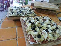Pizza de berenjena , queso mozarella, salsa pomodoro,aceitunas negras y cebolla especialidad de san pietro puerto vallarta mexico